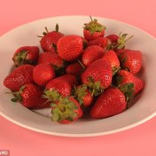 An_entire_plate_of_27_strawberries_contains_just_100_calories