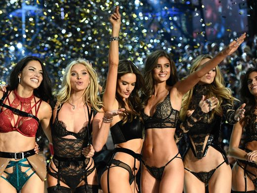 angels-from-left-adriana-lima-lily-donaldson-alessandra-ambrosio-taylor-hill-martha-hunt-and-sara-sampaio-cheer-during-the-show-martin-bureau-afp-getty-images