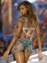 jasmine-tookes-gives-the-rear-view-of-3-million-fantasy-bra-francois-mori-ap